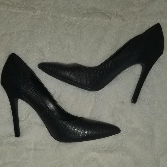 guess pumps black